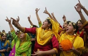 girls-celebrate-basant-panchmi-graphic-for-hi5-300x190